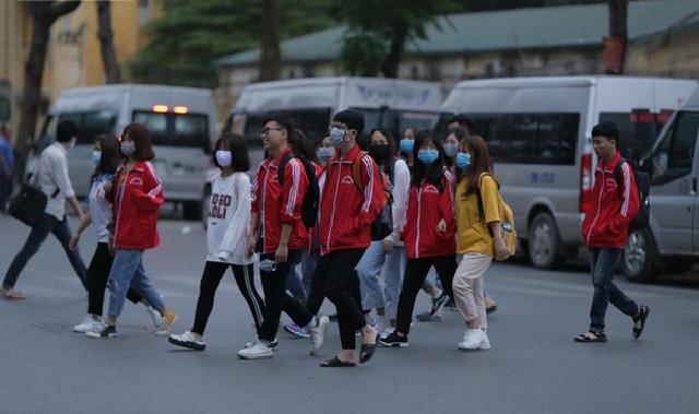 Sinh viên nô nức trở lại trường, không quên chú ý phòng dịch Covid-19 sau kỳ nghỉ Tết dài nhất lịch sử