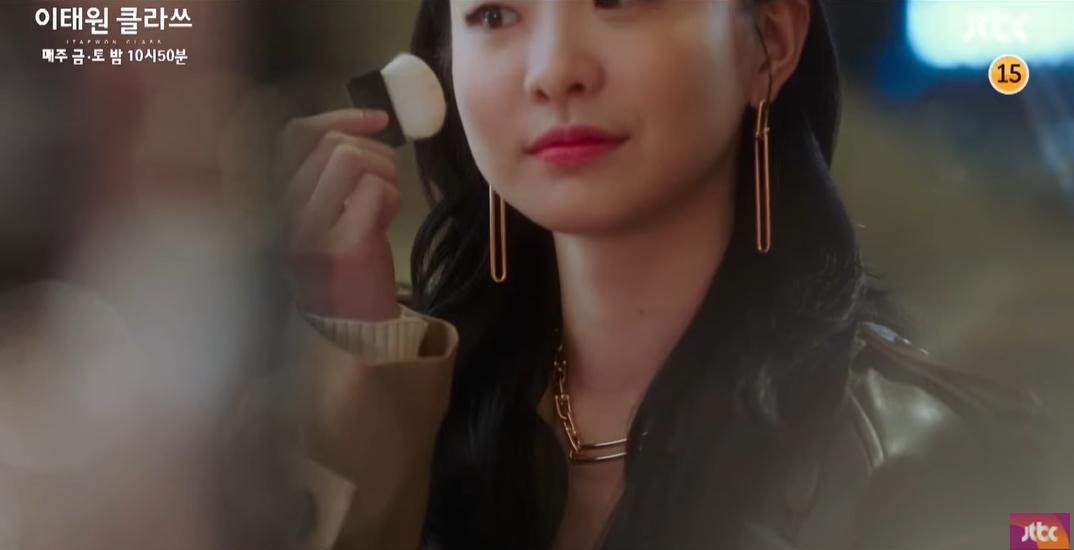 """Dân mạng sốt sắng vì """"điên nữ"""" Jo Yi Seo (Itaewon Class) bỗng đổi gu tóc dài, đánh má """"bánh bèo"""" sau khi dính yêu đương với """"ông chủ"""""""