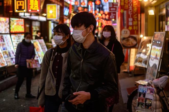 """Biết mình bị nhiễm virus Corona, người đàn ông Nhật Bản liền đến 2 quán bar """"giải sầu"""""""