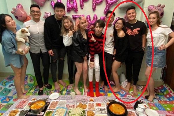 Vừa yêu lại, Quang Hải và Nhật Lê đã dính nhau như keo trong tiệc sinh nhật bạn thân, còn diện cả đồ đôi nữa chứ!