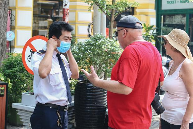 Ngày đầu thực hiện đeo khẩu trang nơi cộng cộng: Nhiều du khách nước ngoài vẫn chưa tuân thủ