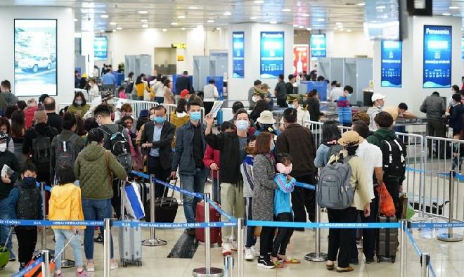 100 sinh viên Đại học Y Hà Nội tập huấn cấp tốc để chi viện ứng phó dịch Covid-19 tại sân bay Nội Bài