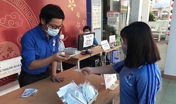 """Cựu sinh viên ĐH Bách khoa TP HCM tặng 42.000 chiếc khẩu trang cho """"đàn em"""" chống dịch Covid-19"""