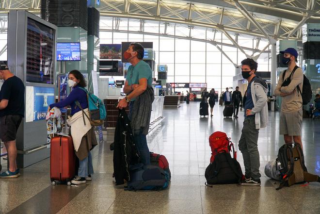 Những hình ảnh cho thấy hành khách nước ngoài đến sân bay Nội Bài tuân thủ quy định đeo khẩu trang