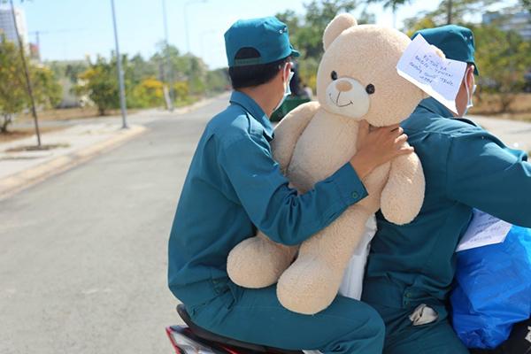 """Yêu cầu """"có gấu ôm mới ngủ"""", """"bé trai"""" 2k1 khiến dân quân phải đội nắng ship gấu: Phục vụ cách ly hay nhận trông trẻ?"""