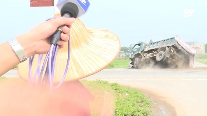 Hi hữu nghề phóng viên: Cụ ông đang trả lời phỏng vấn kể đường nhiều tai nạn thì có tai nạn luôn trước ống kính