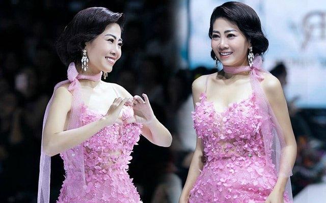 Nhìn lại sàn diễn thời trang cuối cùng Mai Phương catwalk, nụ cười đầy sức sống chưa bao giờ nguội tắt