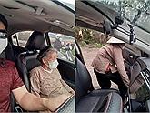 """Tình người giữa đại dịch: Thấy cụ bà 90 tuổi đứng chờ xe buýt trong vô vọng, tài xế mời lên xe rồi tặng cụ món quà """"vô giá"""""""