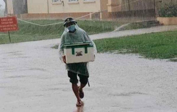 Anh lính đội mưa bê thùng xốp tiếp tế lương thực cho khu cách ly: Mọi người cứ ở yên tại chỗ, ngoài kia đã có chiến sĩ lo