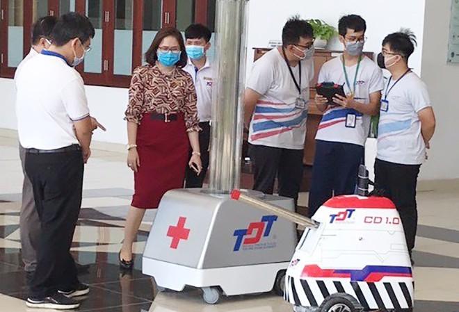 ĐH Tôn Đức Thắng công bố chế tạo thành công 2 robot khử trùng giúp chống dịch Covid-19