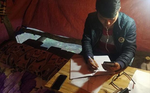 Bộ trưởng Bộ GD&ĐT tuyên dương nam sinh người Mông dựng lán trên núi cao bắt sóng 4G học online