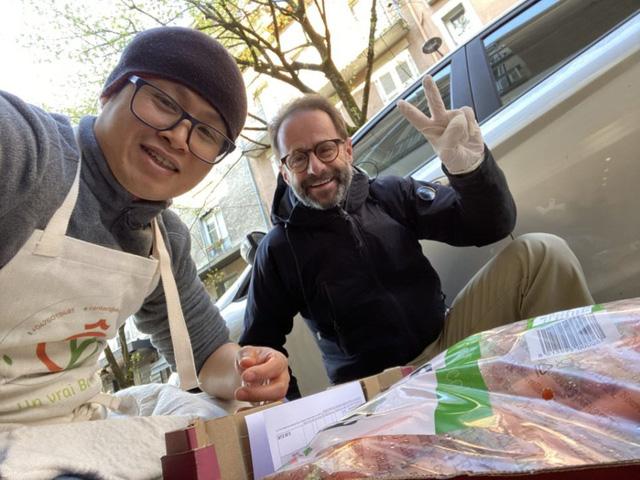 """Đầu bếp người Việt nấu bún bò tiếp sức y bác sĩ Pháp chống dịch Covid-19: """"Làm với tất cả lòng biết ơn và yêu thương"""""""
