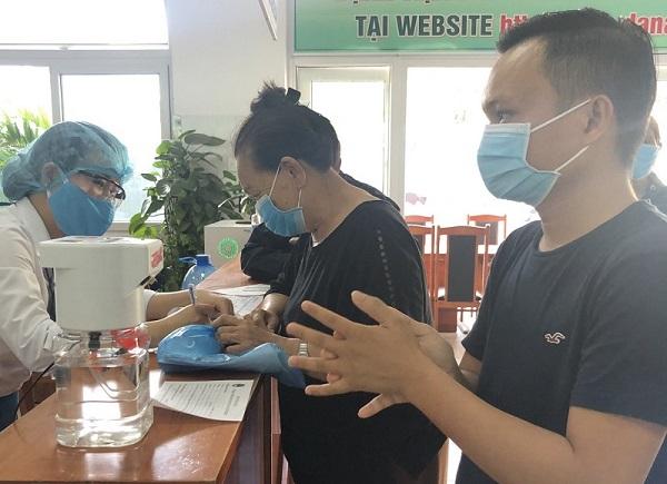 Sinh viên Bách khoa sáng chế máy rửa tay sát khuẩn tự động, được bệnh viện lớn đặt hàng sử dụng ngay