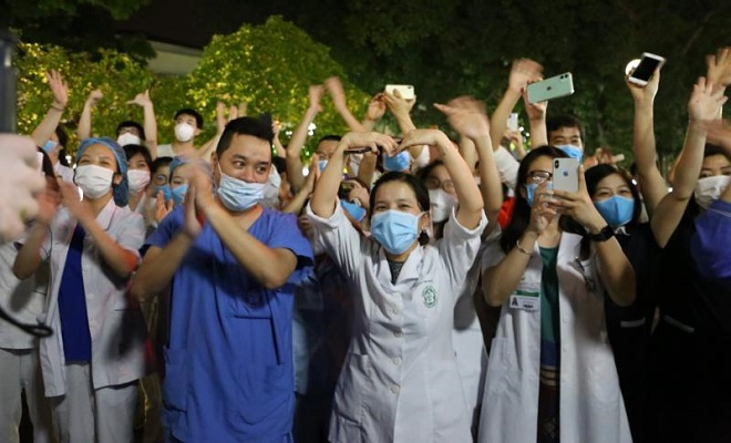 Y bác sĩ vỡ òa cảm xúc giây phút Bệnh viện Bạch Mai được dỡ bỏ lệnh cách ly