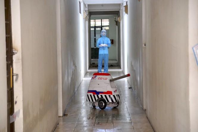 Robot khử trùng của ĐH Tôn Đức Thắng được bàn giao cho trung tâm chống dịch Covid-19 tại khu cách ly tập trung