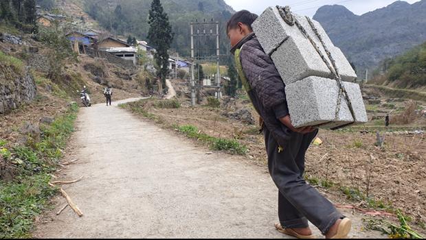Chua xót hình ảnh cậu bé cõng gạch kiếm 18.000 đồng/ngày: Nữ sinh kể về bao hoàn cảnh cơ cực của trẻ em vùng cao