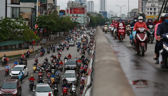 Ngày đầu nới lỏng cách ly xã hội, đường phố Hà Nội đông nghịt bất chấp trời mưa
