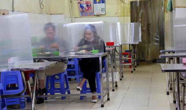 Tự chế hệ thống chắn giọt bắn đơn giản ở bàn ăn, quán cơm ở Hà Nội được khen ngợi về ý thức chống dịch