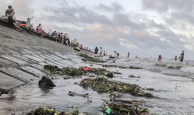 Biển Quất Lâm đông nghịt người, du khách tắm chung bèo, rác