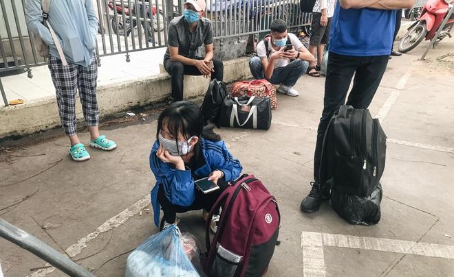 Sinh viên tay xách nách mang quay trở lại thành phố học tập sau kỳ nghỉ dài tránh dịch