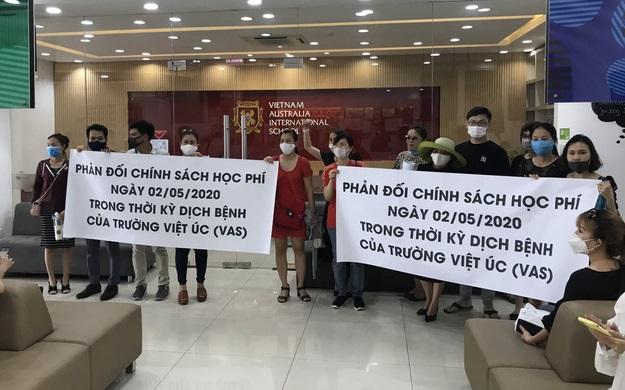 200 phụ huynh kéo đến trường Quốc tế Việt Úc phản đối thu học phí mùa dịch