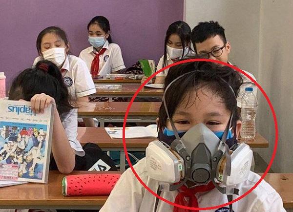 Học sinh đeo cả mặt nạ chống độc khi trở lại trường: An toàn cao nhưng cồng kềnh quá!