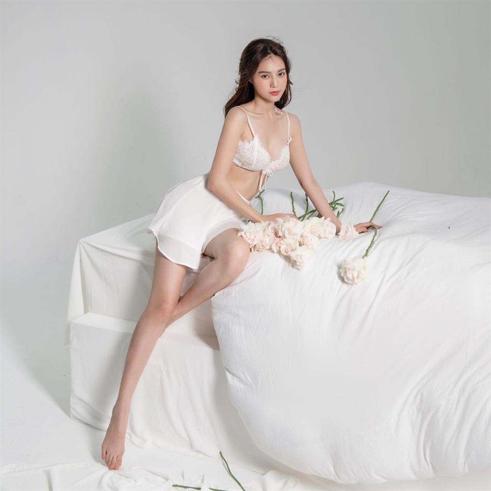 Đụng hàng đồ ngủ với chị đẹp màn ảnh Việt, Linh Ka kém 18 tuổi vẫn khoe body bất phân thắng bại