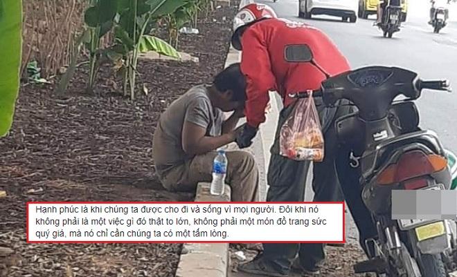 Nghẹn ngào hình ảnh tài xế xe ôm công nghệ chia sẻ chai nước, chiếc bánh mì cho người nằm bên đường