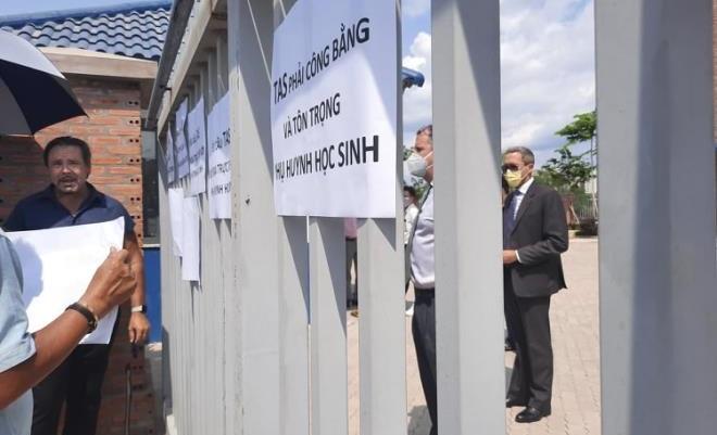 Phụ huynh trường Quốc tế Mỹ phải đứng ngoài cổng đối thoại với ban giám hiệu