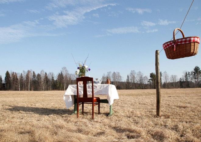 """Tiệm ăn """"cô đơn"""" giữa đồng cỏ chống dịch Covid-19, mỗi lần chỉ phục vụ 1 khách hàng"""