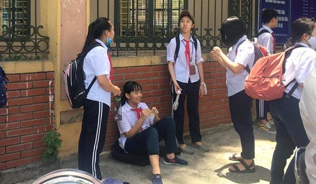 Trường khoá cửa lớp mặc cho học sinh phải ở ngoài trời nắng 40 độ C chờ phụ huynh đón