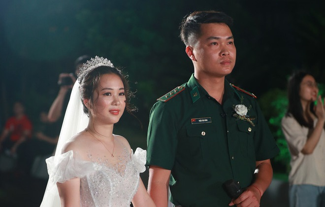 Đám cưới bị hoãn của chiến sĩ biên phòng bận nhiệm vụ chống Covid-19 và cô giáo mầm non diễn ra đặc biệt
