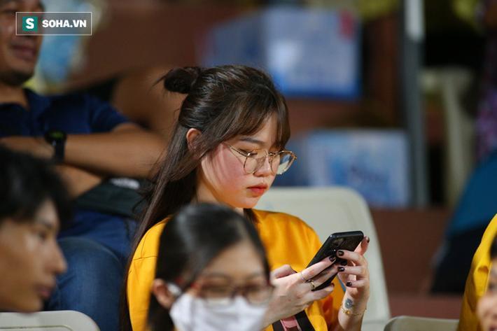 Tới sân cổ vũ Quang Hải, Huỳnh Anh gây chú ý bởi loạt biểu cảm đáng yêu
