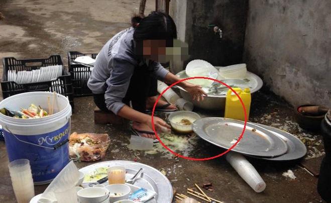 """Về ra mắt bị nhà người yêu """"hành"""" bằng """"núi"""" bát đĩa bẩn, cô gái rửa đúng chiếc mình ăn: """"Làm vợ chứ có phải ôsin đâu"""""""