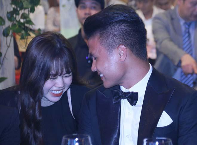 """Hòa Minzy nói về """"nhan sắc thật"""" của bạn gái Quang Hải ngoài đời, để lộ mối liên quan bất ngờ"""