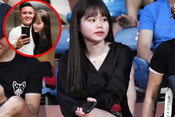Mặc tin đồn rạn nứt, Huỳnh Anh xuất hiện rạng rỡ trên khán đài để cổ vũ cho đội bóng của Quang Hải