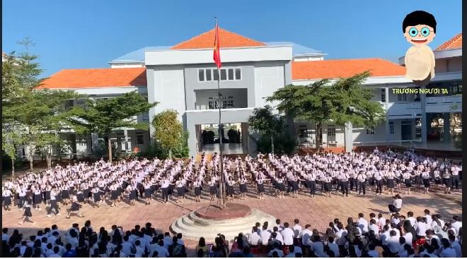 """Khối 10 trường bạn nhảy flashmob chúc anh chị khối 12 thi tốt đều tăm tắp khiến dân tình """"thả tim"""" hết cỡ"""