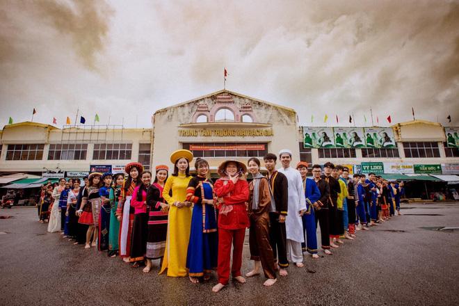 Bộ ảnh kỷ yếu với trang phục hơn 20 dân tộc anh em của học sinh Kiên Giang khiến dân tình thán phục