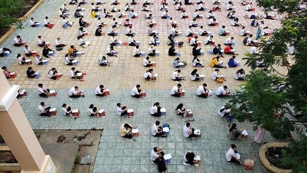 Hàng trăm học sinh cấp 3 ngồi bệt dưới sân trường làm bài thi gây tranh cãi