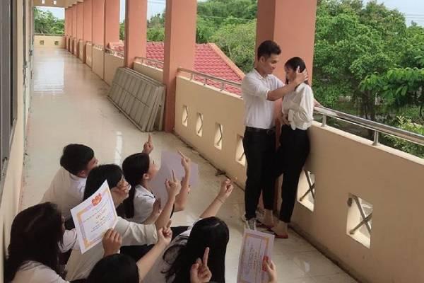 """Bức ảnh gây tranh cãi về tình yêu học trò nhận """"bão like"""": Thời đi học nên chọn giấy khen hay chọn có đôi?"""