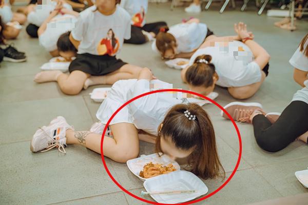 Đằng sau clip cô gái bị trói tay ra sau, chật vật nhoài người ăn cơm trong một lớp đào tạo nhân viên đa cấp Hà Nội