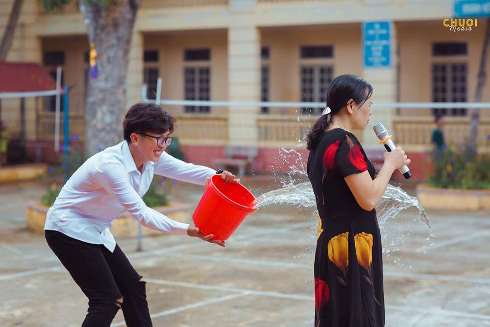"""Học sinh """"liều nhất năm"""" tạt nguyên xô nước vào cô giáo ngày bế giảng, dân tình đua nhau kể """"chiến tích"""""""