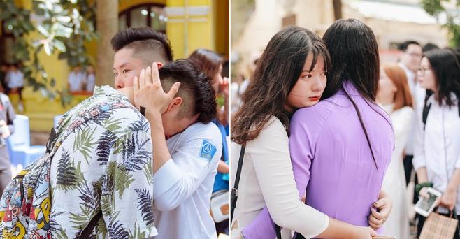 Học sinh Hà thành trao nhau những cái ôm và những giọt nước mắt cảm xúc trong lễ bế giảng cuối cấp