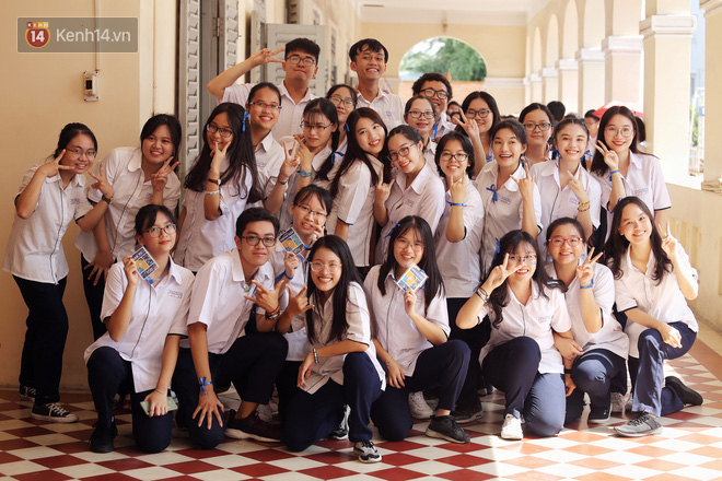"""Lễ bế giảng xúc động của học sinh chuyên Lê Hồng Phong: """"Quẩy"""" hết mình, khóc hết nước mắt!"""