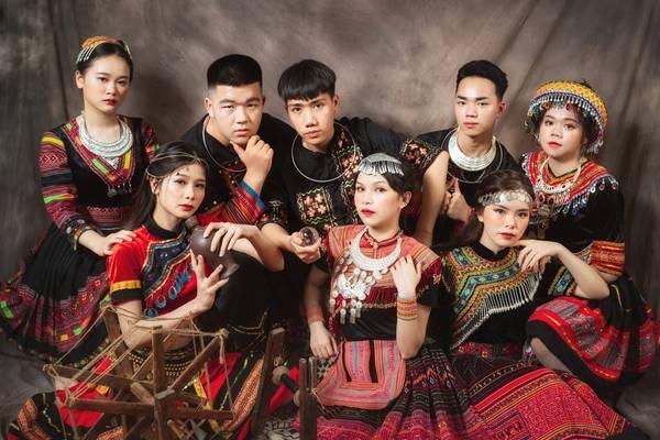 Học sinh Cao Bằng gây ấn tượng mạnh với bộ ảnh kỷ yếu 11 triệu đồng trong trang phục dân tộc, ai trông cũng xinh đẹp như lên phim