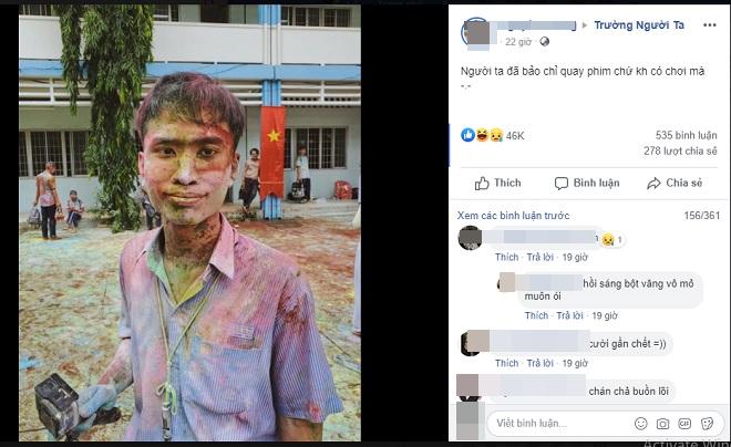 """Đến chụp ảnh nhưng bị """"lũ quỷ"""" học trò cho nhập cuộc, anh thợ ảnh cười trừ với khuôn mặt lấm lem bột màu"""