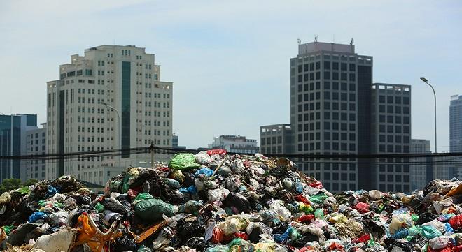 """""""Núi"""" rác ngồn ngộn án ngữ trong khu đô thị bốc mùi dưới nắng 40 độ"""