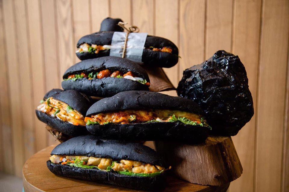 HOT: Xuất hiện Bánh mì đen như than Quảng Ninh đang gây sốt ở Hạ Long