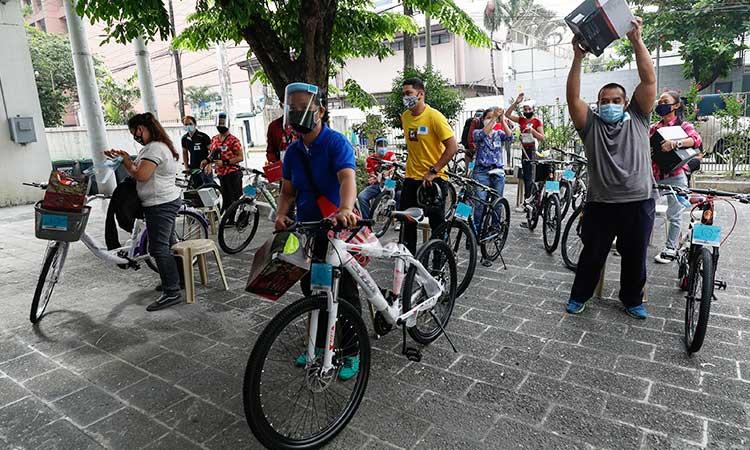 Được con trai quá cố truyền cảm hứng, cặp vợ chồng tổ chức quyên góp xe đạp cho người khó khăn do đại dịch Covid-19
