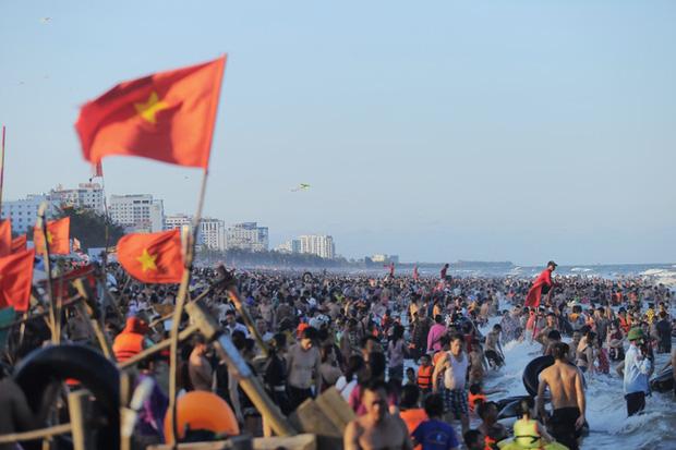"""""""Choáng váng"""" hàng vạn du khách chen chúc nhau tắm biển Sầm Sơn"""